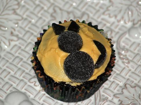 Decorate Cupcake Using a Gumdrop Shaped as a Cat
