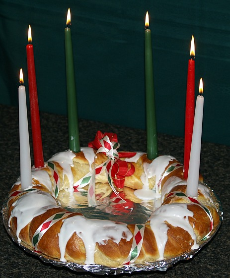 how to make a holiday bread recipe like St Lucia Day Wreath
